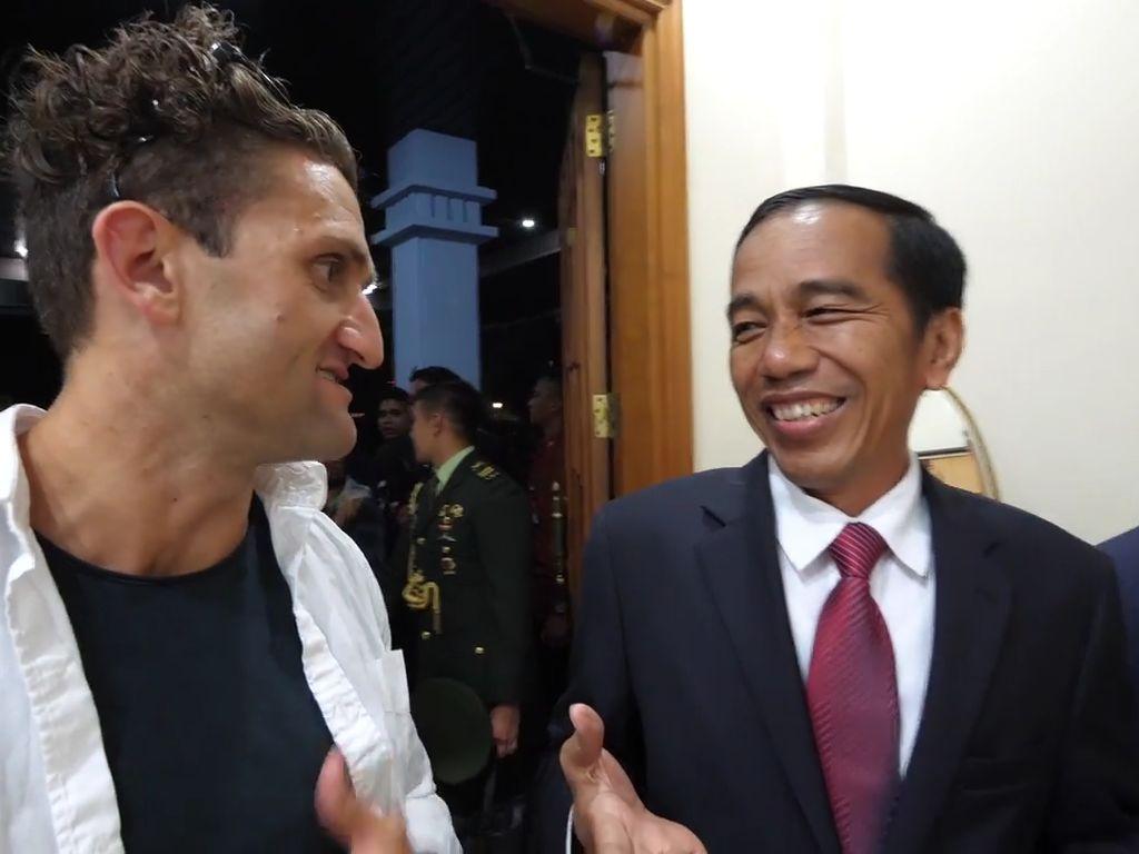 Pujian YouTuber Casey ke Jokowi: Totally Cool Guy