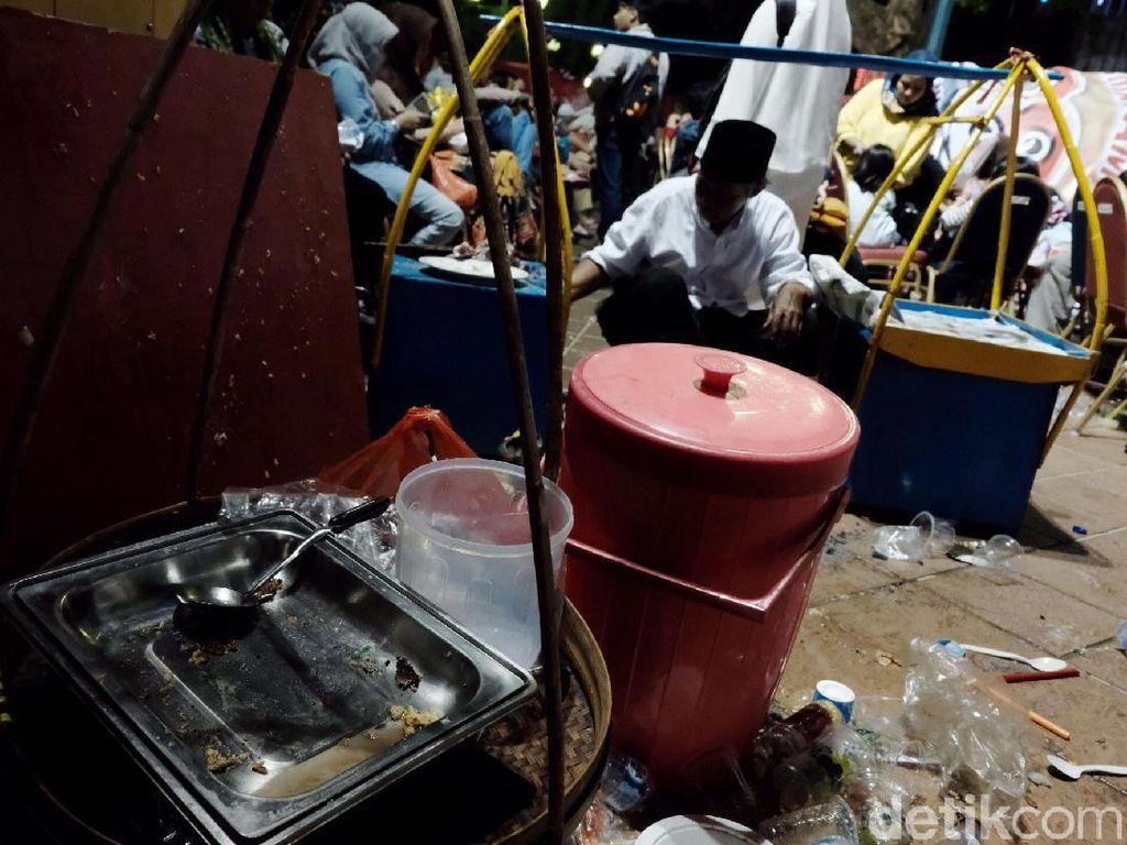 Hidangan Selamatan Jakarta Ludes Diserbu Warga