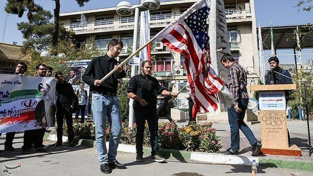 Aksi Protes Mahasiswa Iran Terhadap Presiden Amerika Serikat
