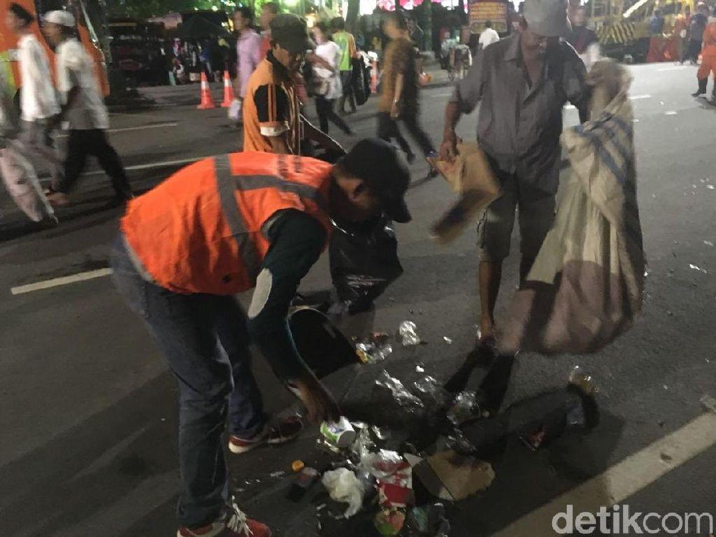 Pasukan Oranye Bersihkan Sampah Pendukung Anies-Sandi
