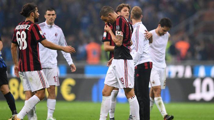 Para pemain AC Milan tertunduk lesu usai kalah dari Inter Milan di laga derby (Alberto Lingria/Reuters)