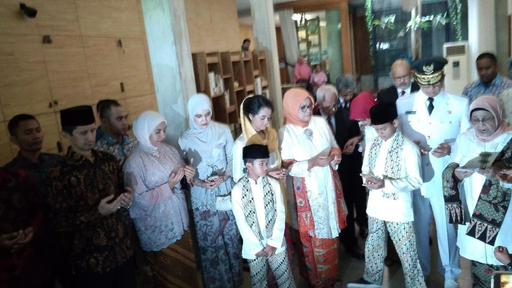 Foto: Menuju Pelantikan, Keluarga Anies Kompak Berbaju Adat Betawi