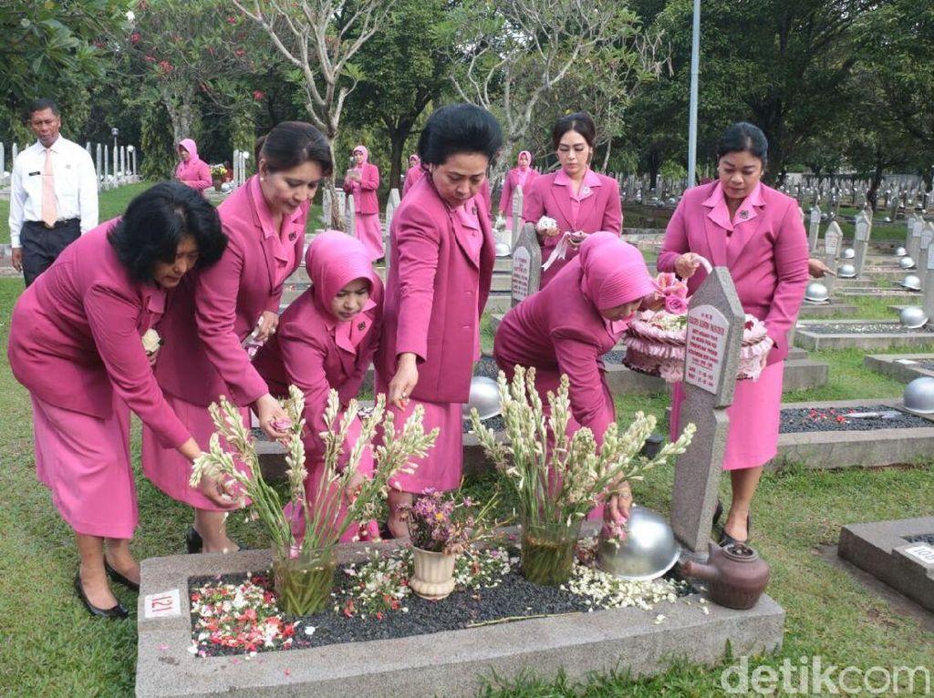 Ketua Umum Bhayangkari Ziarah di Taman Makam Pahlawan