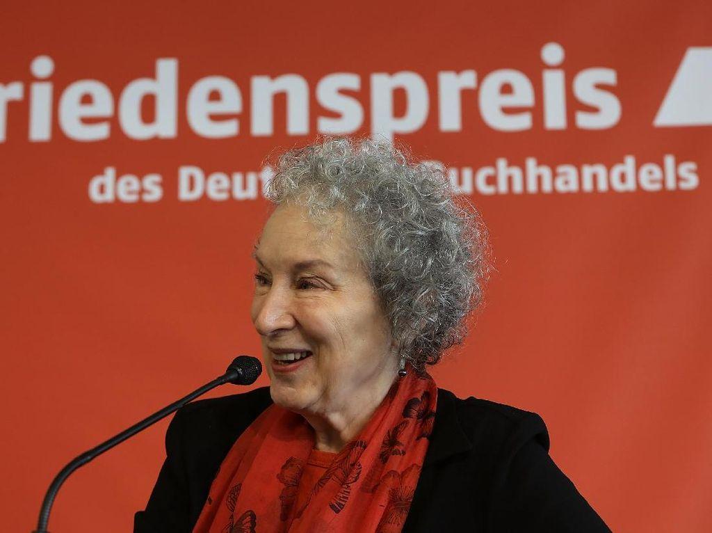 Margaret Atwood Bocorkan Sampul Buku Puisi Dearly