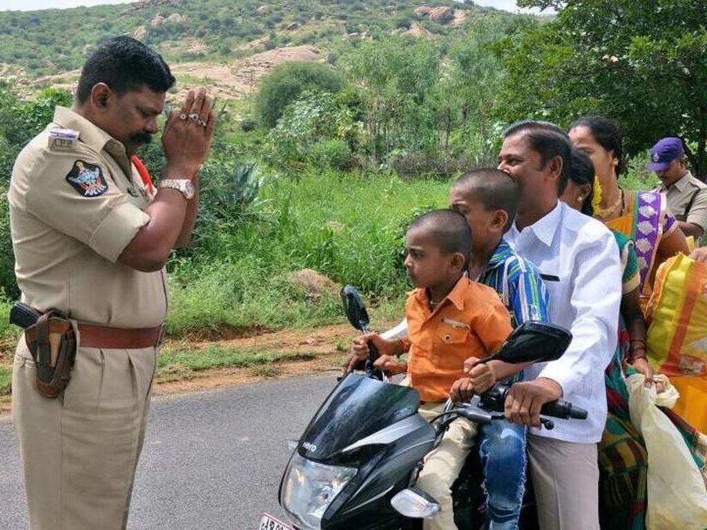 Polisi Memohon-mohon Pemotor Agar Tak Bawa Sekeluarga di Motor