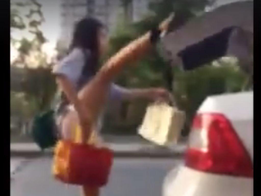 Aksi Akrobatik Cewek-cewek Tutup Bagasi Mobil Pakai Kaki