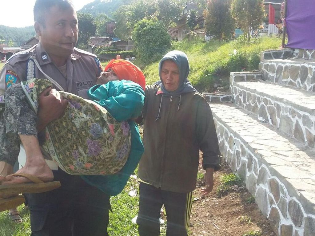 Aksi Polisi Bopong Nenek ke TPS Pilkades Kabupaten Bandung
