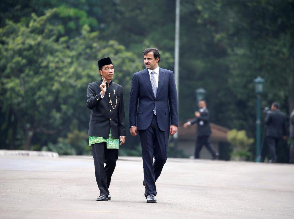 Foto: Jokowi Berbaju Adat Betawi Saat Bertemu Emir Qatar
