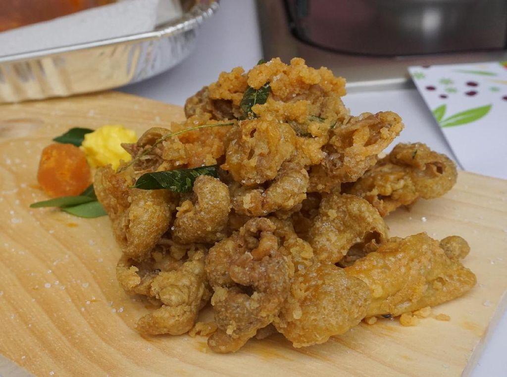 Kriuk! Enaknya Ngemil Kulit Ayam Goreng Tepung dengan Berbalut Saus Telur Asin