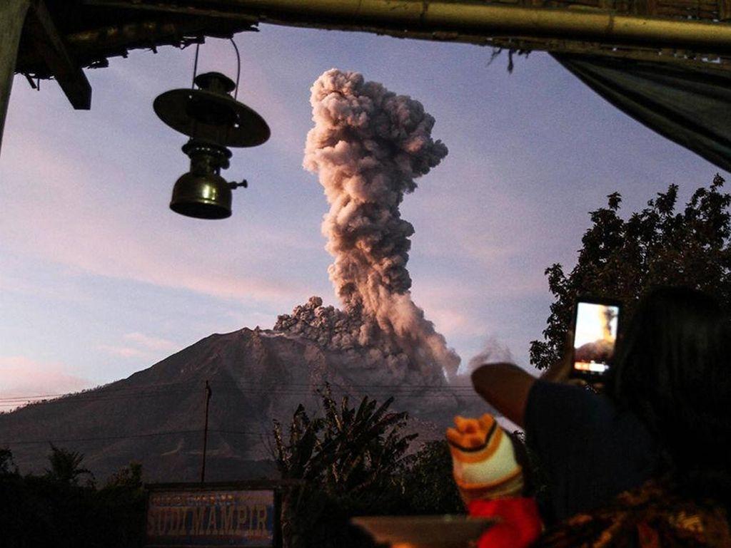Cerita Sembiring yang Akrab dengan Erupsi Gunung Sinabung