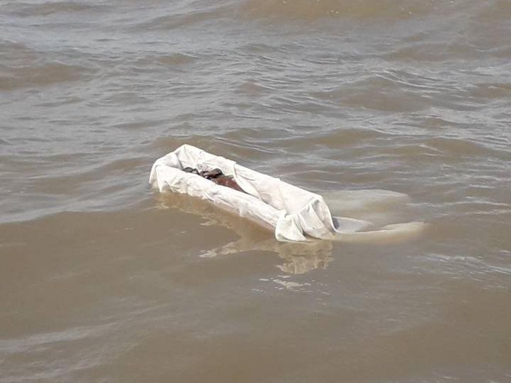 Jenglot yang Sempat Heboh di Surabaya Akhirnya Dilarung di Laut