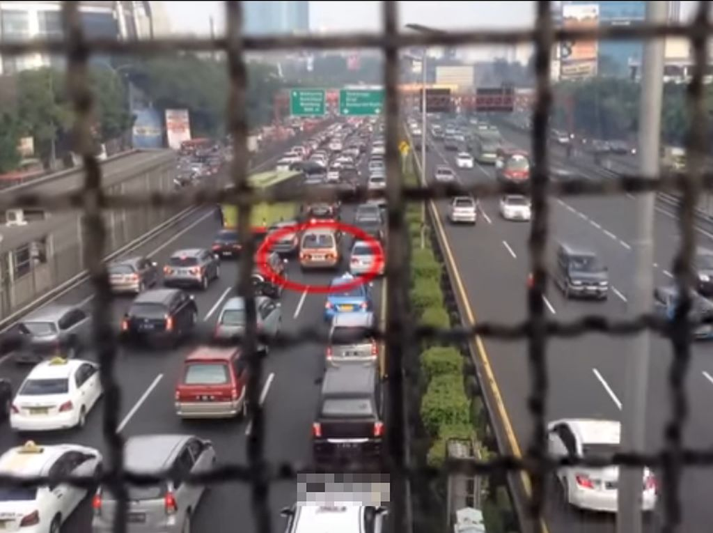 Perbedaan Reaksi Jalanan di Berbagai Negara pada Mobil Ambulans