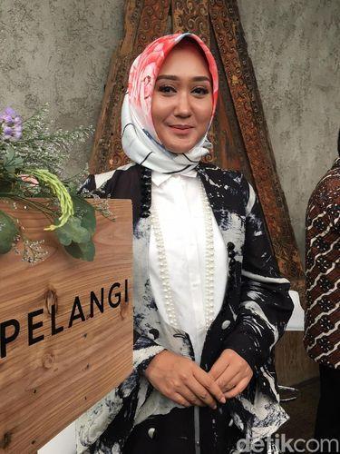Curhat Dian Pelangi Alami Diskriminasi di Paris alasannya yaitu Hijab