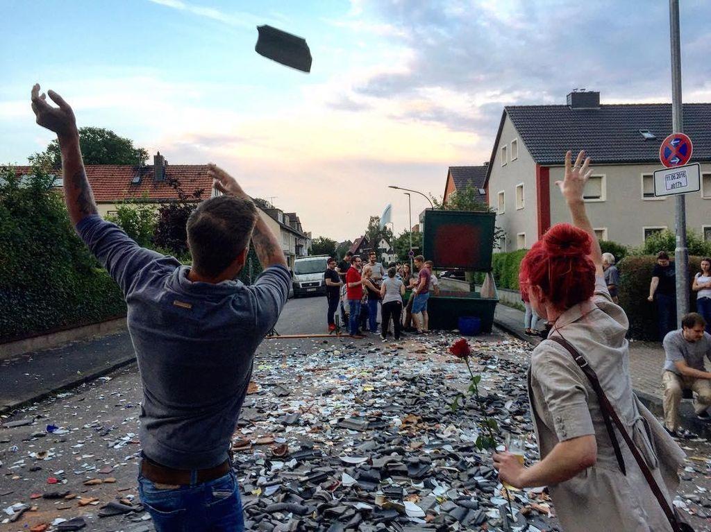 Prang! Tradisi Banting Piring Keluarga Pengantin di Jerman