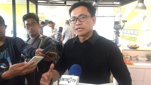 Direktur Amnesty International Indonesia, Usman Hamid usai memaparkan Evaluasi Kinerja 3 Tahun Pemerintahan Jokowi-Jusuf Kalla di bidang Hukum dan Hak Asasi Manusia, di Kantor Amnesty International Indonesia, Kawasan Menteng, Jakarta, Kamis (19/10).