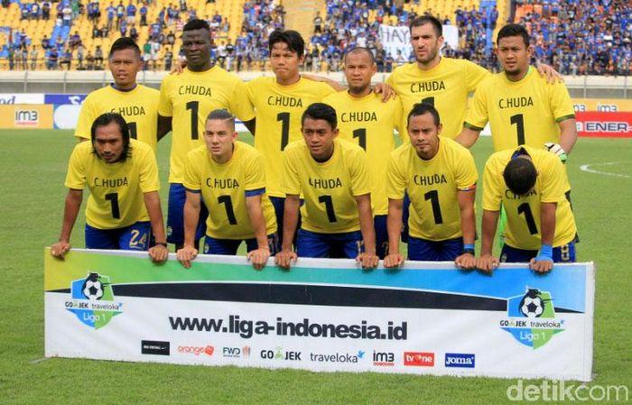 Penghormatan diberikan untuk kiper Persela Lamongan, Choirul Huda, sebelum kickoff Persib Bandung vs Madura United di Stadion Si Jalak Harupat, Soreang, Kabupaten Bandung, Kamis (19/10/2017) sore WIB.