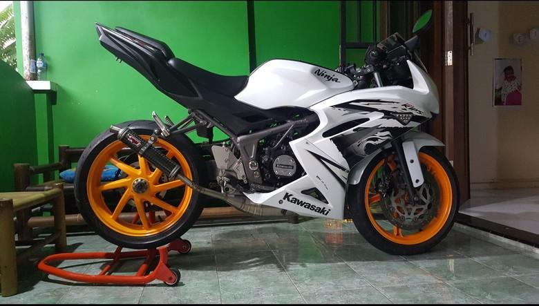 Si Kawasaki Ninja dengan Knalpot Titanium Full Carbon