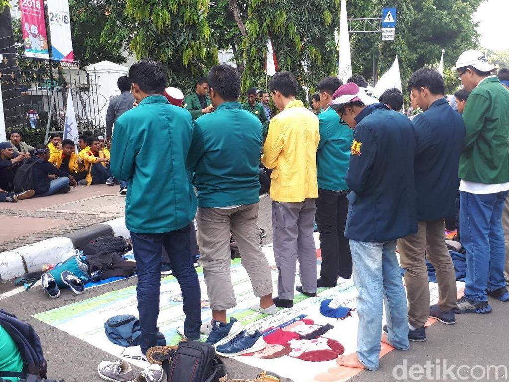 Massa Mahasiswa Salat Berjemaah di Depan Istana
