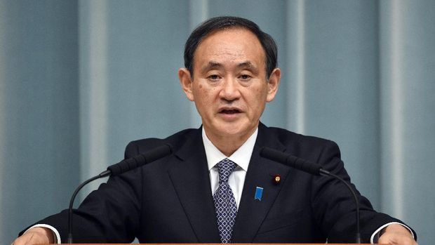 Japanese Chief Cabinet Secretary Yoshihide Suga answers questions during a press conference at the prime minister's official residence in Tokyo January 21, 2015.  Japanese Prime Minister Shinzo Abe was rushing home from the Middle East to take charge of Tokyo's response after Islamic militants threatened to kill two nationals unless he pays a 200 million USD ransom.     AFP PHOTO / Toru YAMANAKA / AFP PHOTO / TORU YAMANAKA