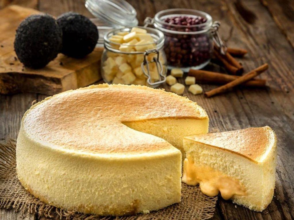 Lembut, Manis dan Gurih! Cheesecake Isi Saus Telur Asin yang Unik