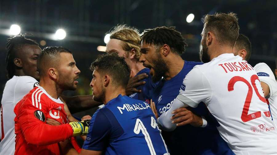 Jangan Ditiru! Fans Everton Ini Toyor Kepala Kiper Lyon Sambil Gendong Anak