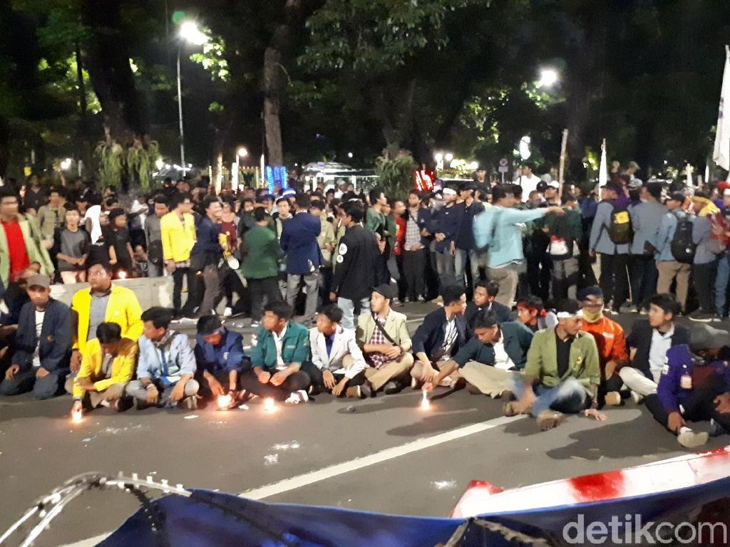 Diimbau Pulang, Massa Mahasiswa Selawatan Sambil Aksi Lilin
