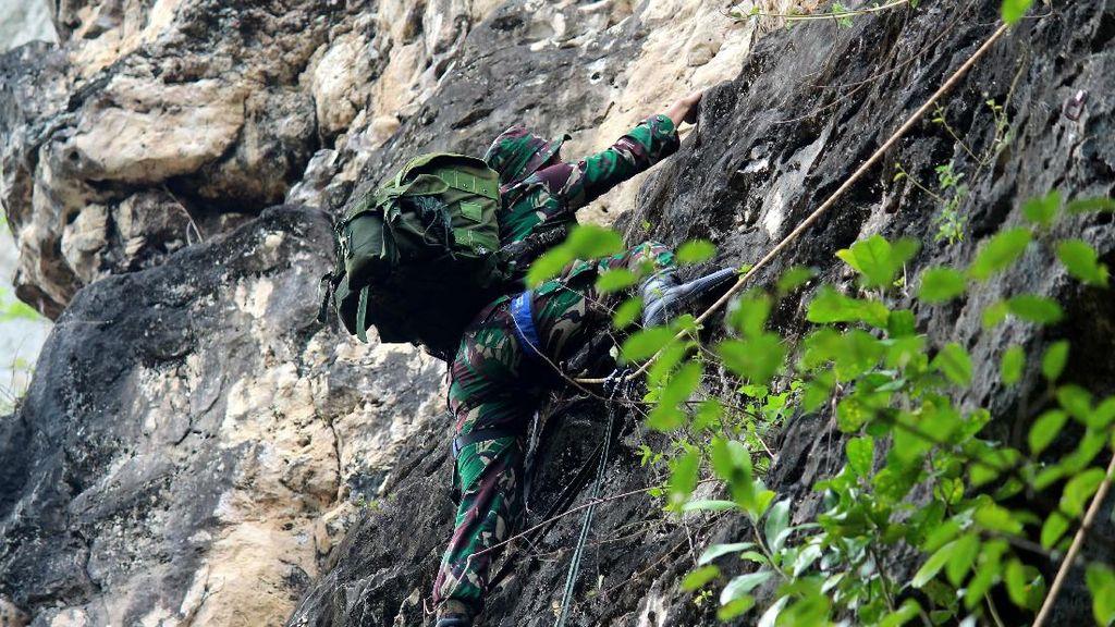 Prajurit Raider 3 Kostrad Latihan Pendaki Serbu