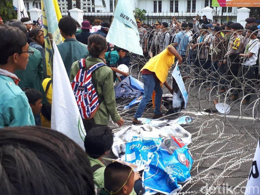 Massa di Depan Istana Terobos 1 Barikade Kawat Berduri