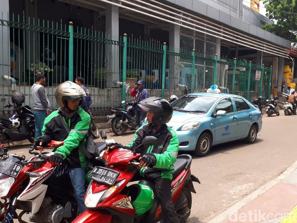 Sudah Diangkut Petugas, Ojek Online Masih Ngetem di Stasiun Sudirman