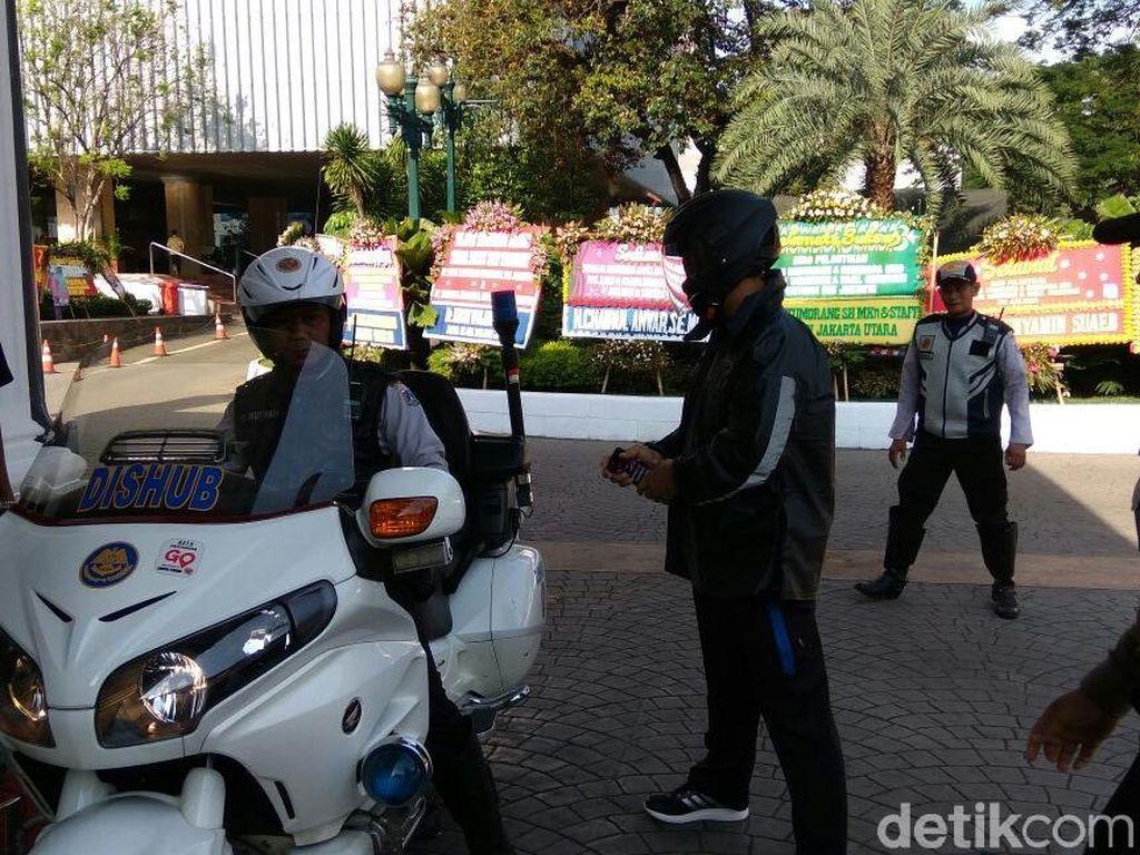 Foto: Gaya Sporty Gubernur Anies Ngantor ke Balai Kota