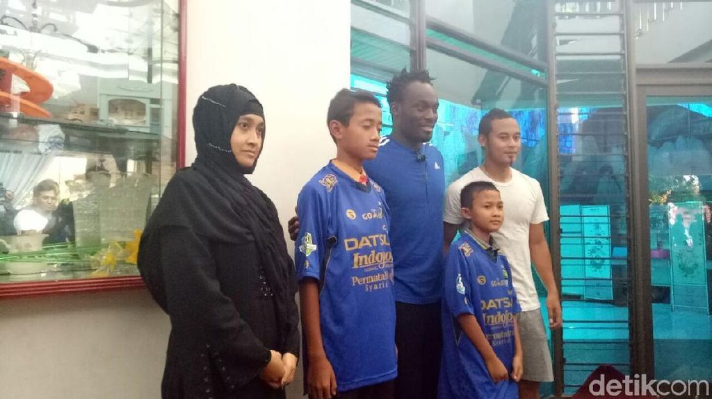 Pelatih dan Pemain Persib Takziah ke Rumah Choirul Huda