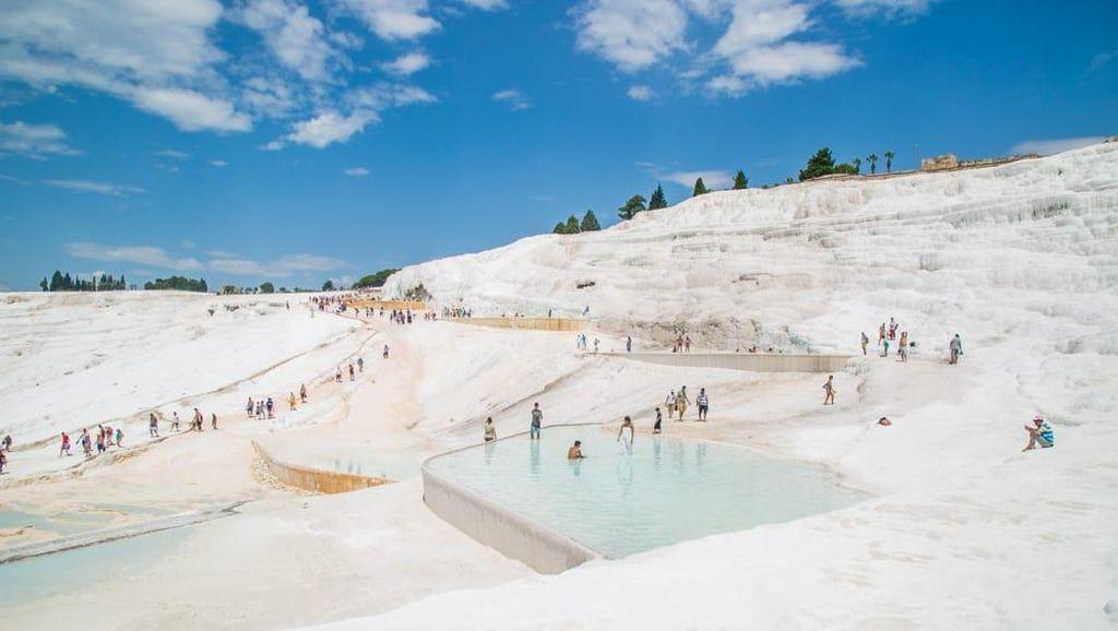 Foto: Pemandian Turki yang Penuh Lumpur Putih Seperti Salju