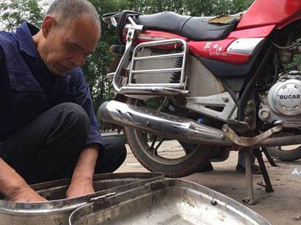 Cuci Mesin Motor Sendiri di Rumah, Ikuti Tips Ini