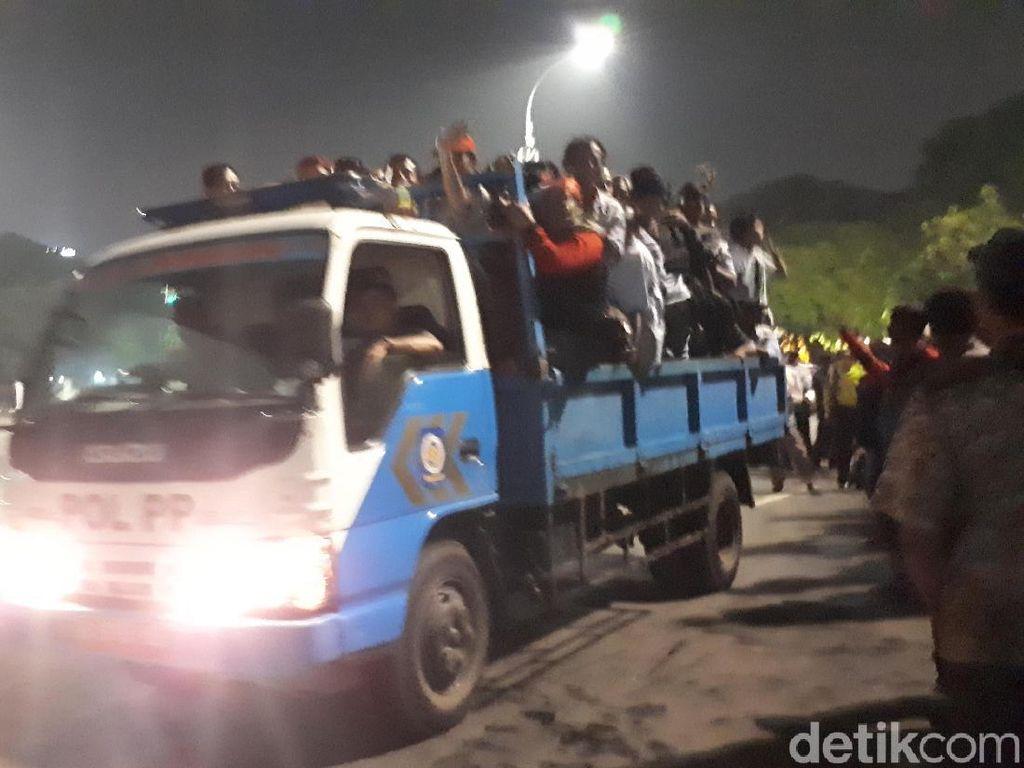 Massa Zombie AMT Bubar, Pulang Menumpang Truk Satpol PP