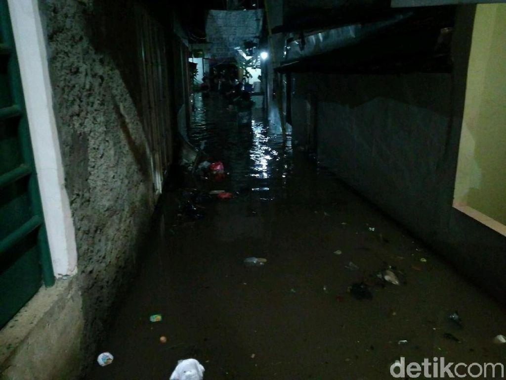 Banjir Rendam Kemang Timur, Warga Mengungsi di SDN Bangka