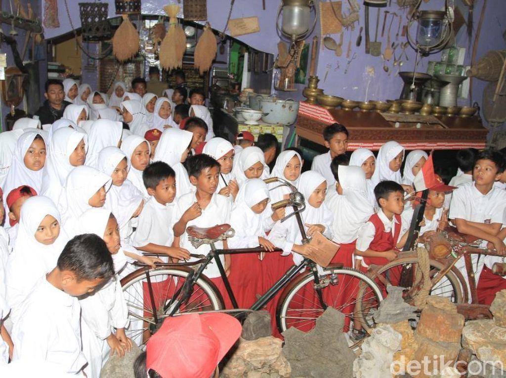 Ceria Siswa SD Jelajah Museum Barang Antik Polisi Bandung