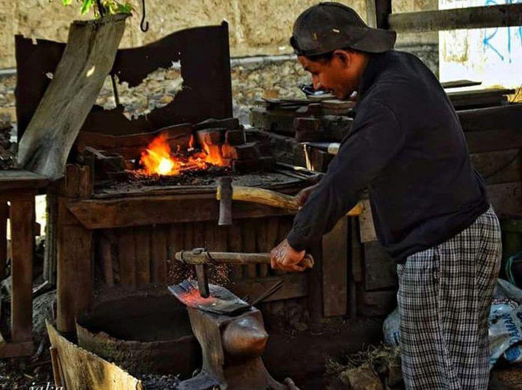 Melihat Pandai Besi yang Nyaris Punah di Desa Cicalengka