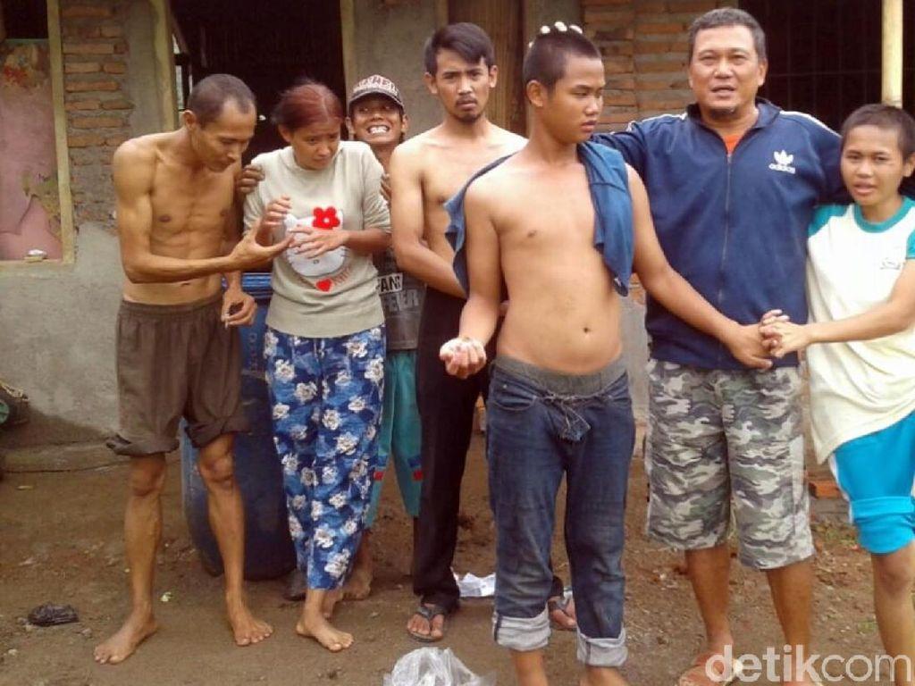 Mengenal Deni, Relawan Pembersih Orang Sakit Jiwa di Sukabumi