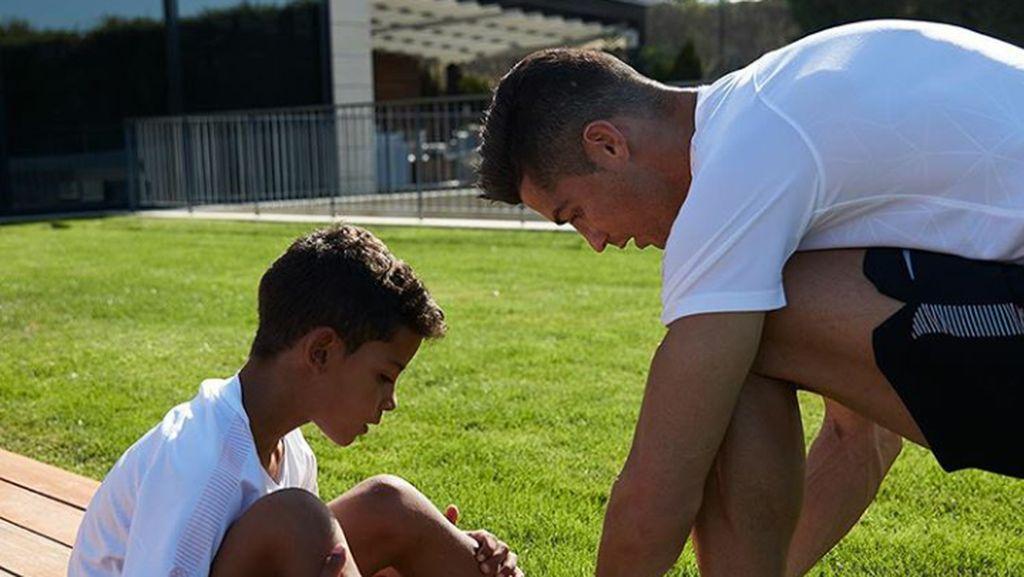 Potret Kedekatan Cristiano Ronaldo dengan Anaknya