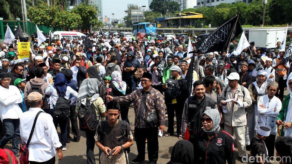 Massa Aksi Perppu Ormas Penuhi Depan Gedung DPR