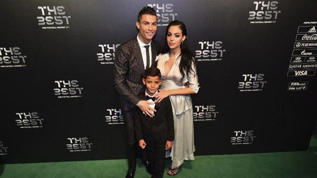 Gemas! Cristiano Ronaldo Ajak Anak Kembarnya Berenang