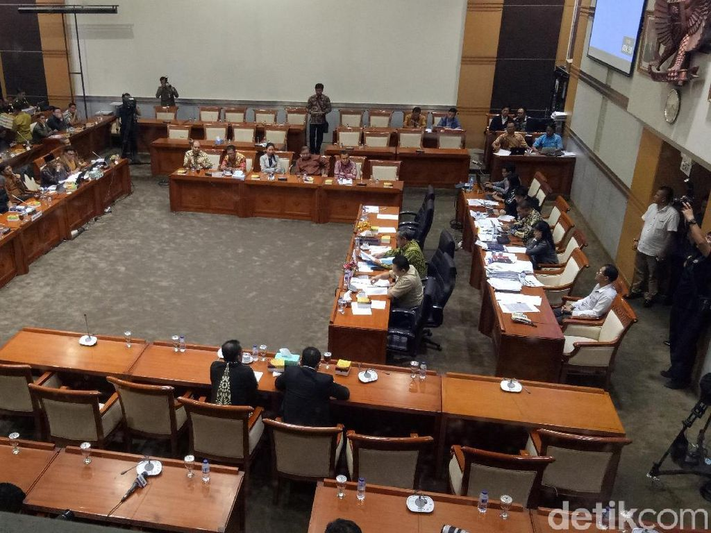Uji Kelayakan Hakim MK Arief Hidayat, DPR Langsung Skors Rapat