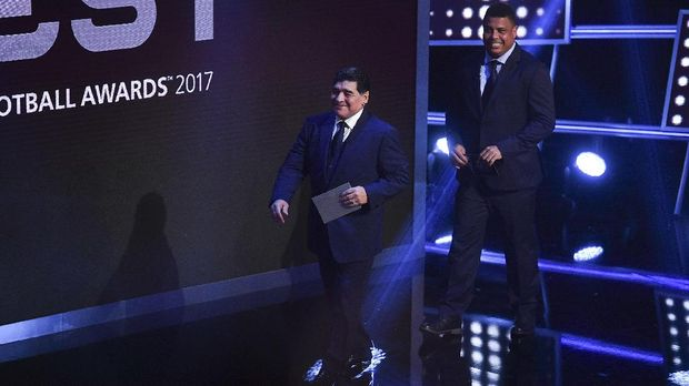 Argentina's former player Diego Maradona (L) and Brazil's former player Ronaldo Luis Nazario de Lima come on stage to present The Best FIFA Men's Player of 2017 Award during The Best FIFA Football Awards ceremony, on October 23, 2017 in London. / AFP PHOTO / Ben STANSALL