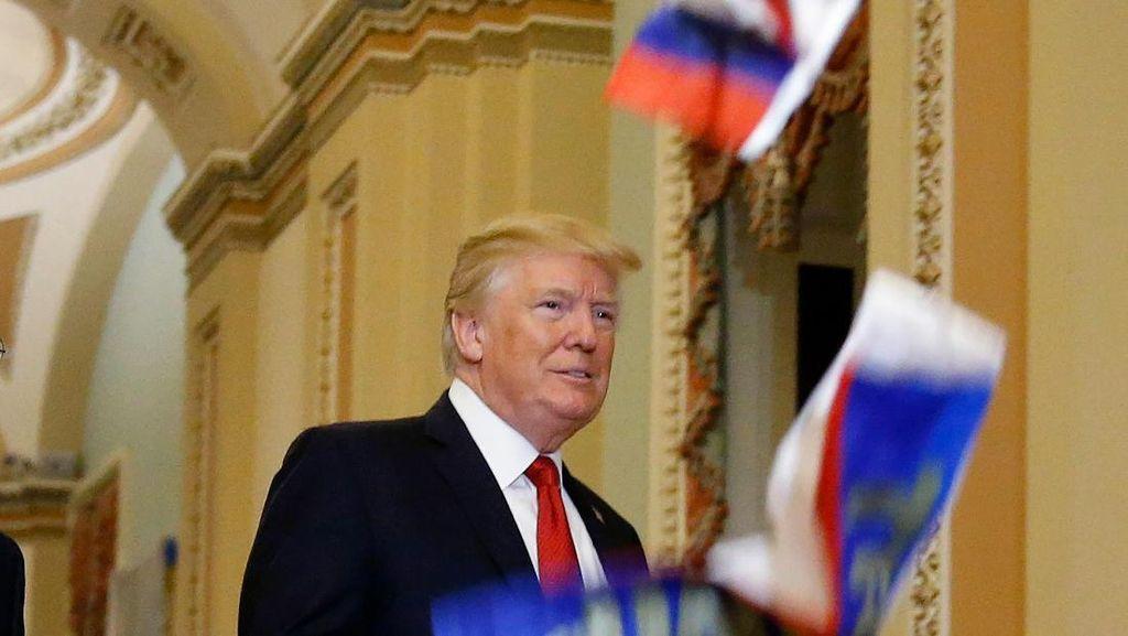 Saat Trump Diteriaki Pengkhianat dan Dilempari Bendera Rusia
