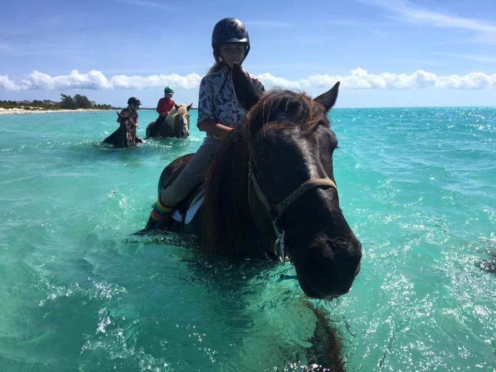 Di Karibia, Kamu Bisa Berkuda di Laut