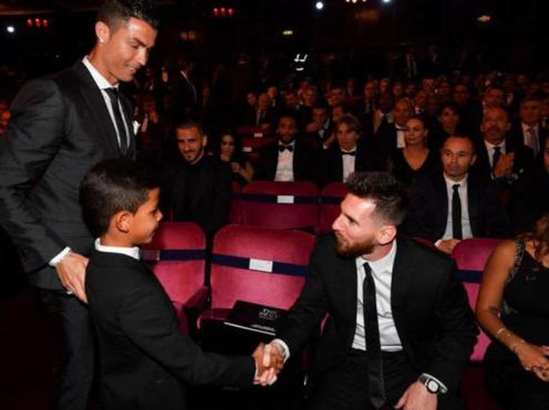 Reaksi Anak Ronaldo Saat Bertemu Messi Idolanya