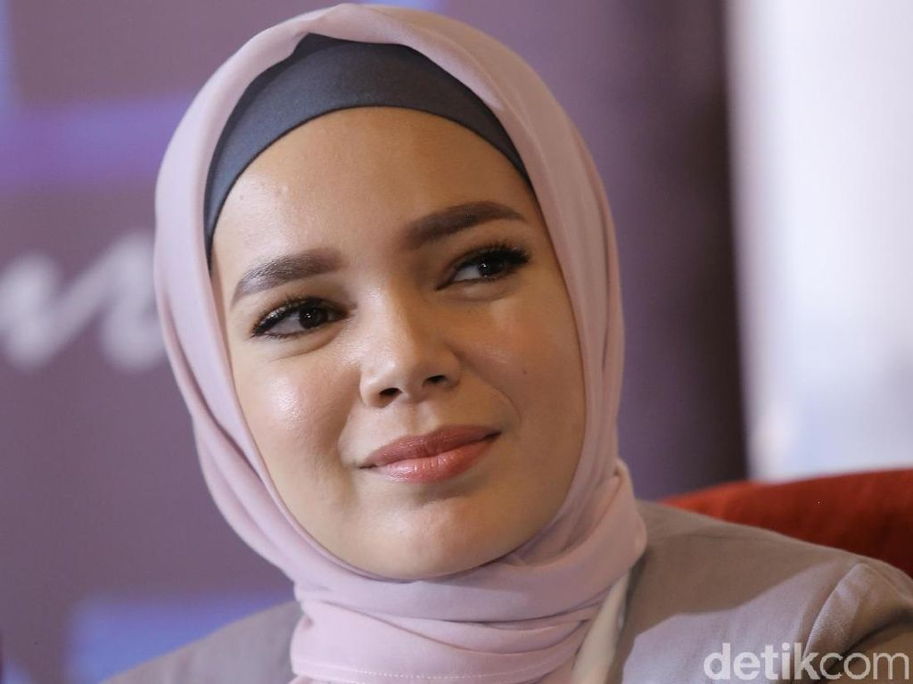 Dewi Sandra Sayangkan Rina Nose Lepas Hijab Tapi Tak Mau Menghakimi