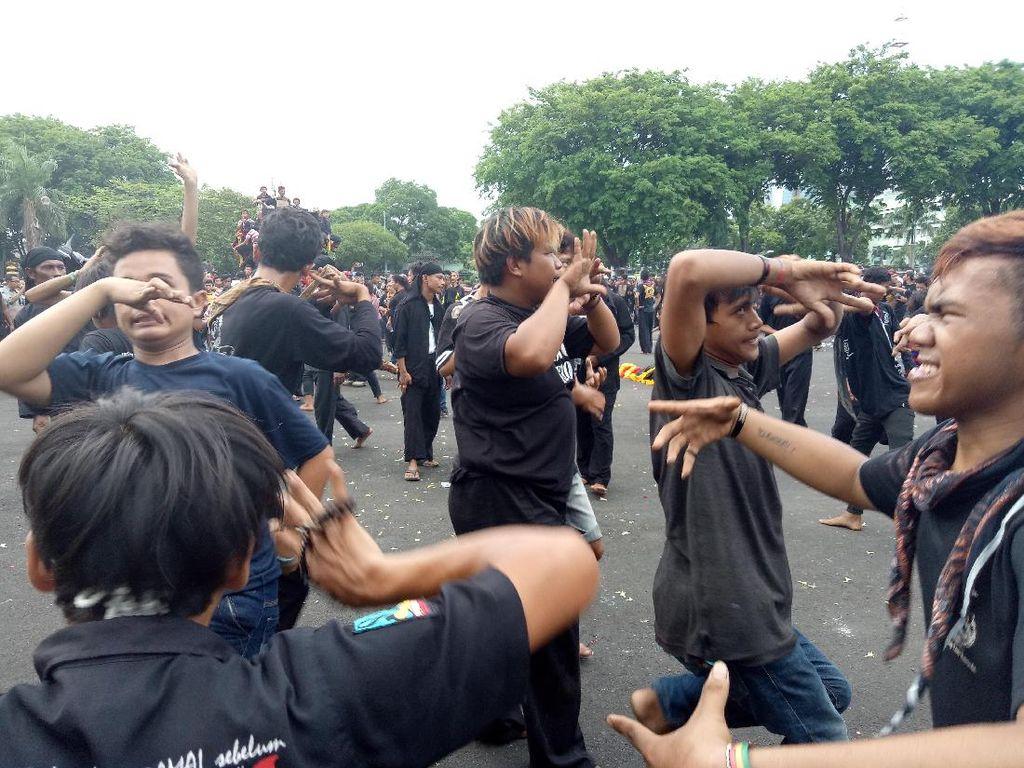 Ngeri, 500 Penari Barongan Kesurupan Massal