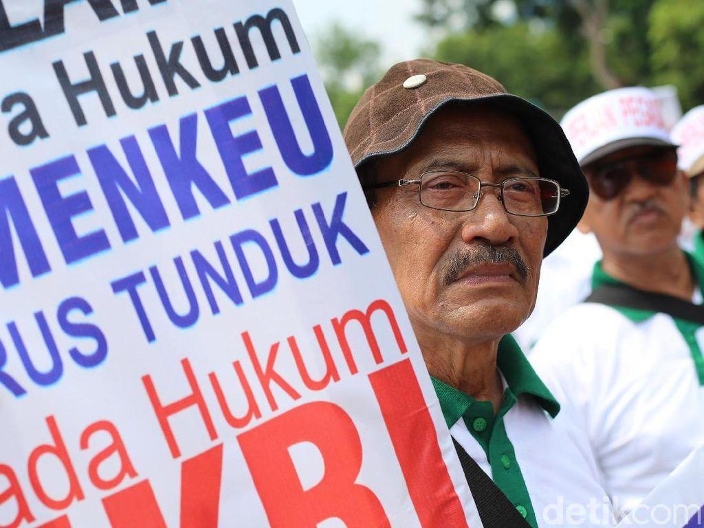 Kakek-kakek Demo Tuntut Pembayaran Pensiun