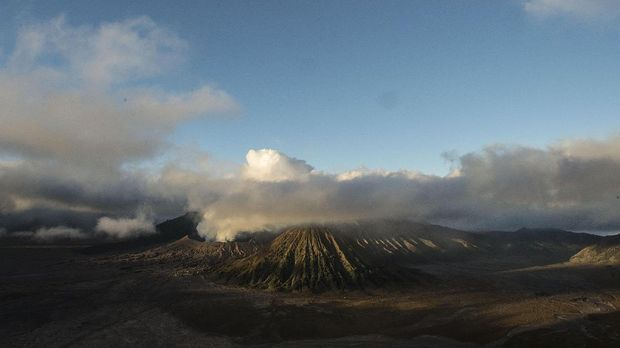 Cahaya matahari pagi menerpa Gunung Bromo, Probolinggo, Jawa Timur, Minggu (9/7). ANTARA FOTO/Puspa Perwitasari/17.